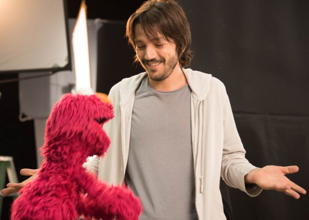 Sesame-Amigos-Diego-Luna-and-Elmo-840x600