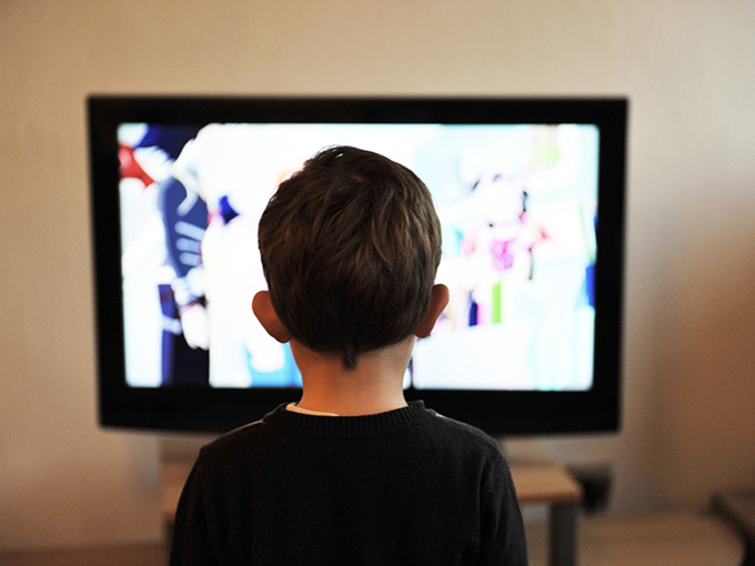 kid_watching_TV