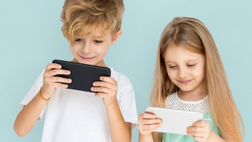 Kids_using_devices