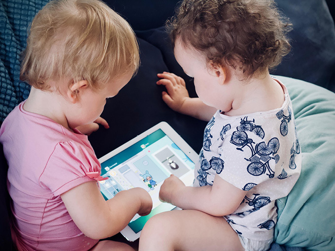 kids on tablet jelleke unsplash